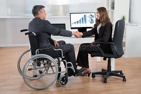 cadeira de rodas ferimento acordo negocio