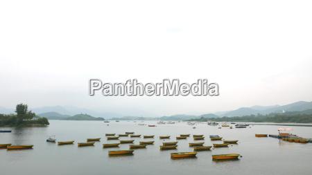 barcos de pesca no porto calmo