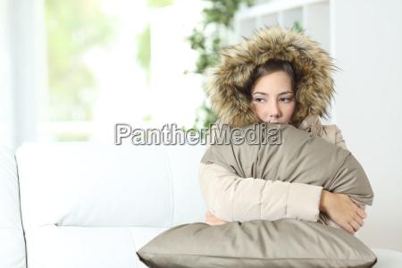 mulher vestida calorosamente em uma home