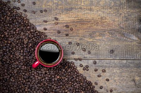 feijoes de cafe e copo de