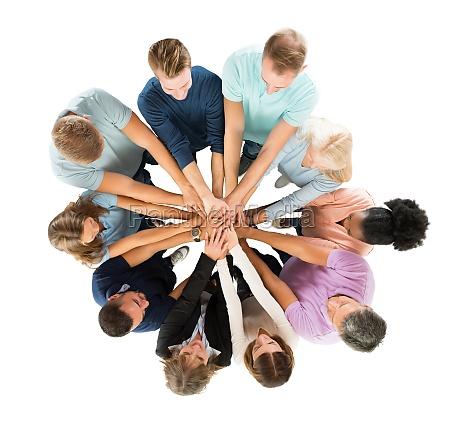 criativas executivos empilhamento maos no huddle