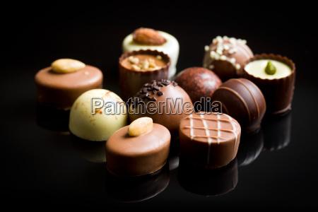 varios bombons de chocolate