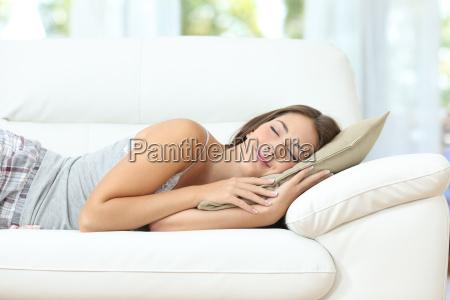 menina dormindo ou cochilando feliz em
