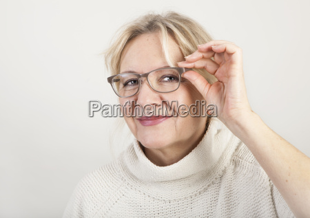 mulher mais idosa com vidros