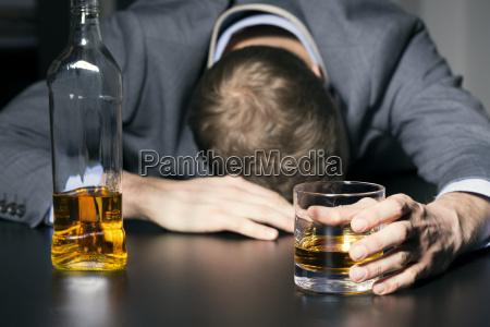 alcool vicio homem de negocios bebedo