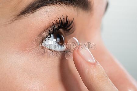 lente de contato desgastando da mulher
