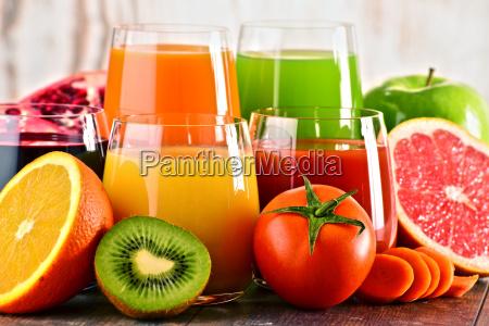vidros de sucos organicos frescos do