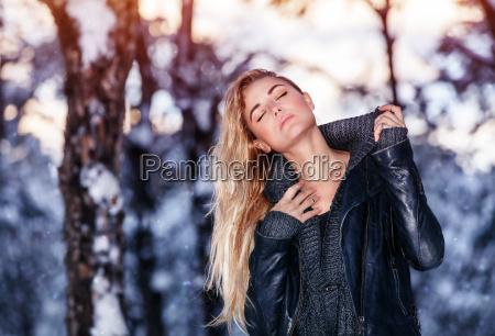 mulher elegante parque inverno roupa loira