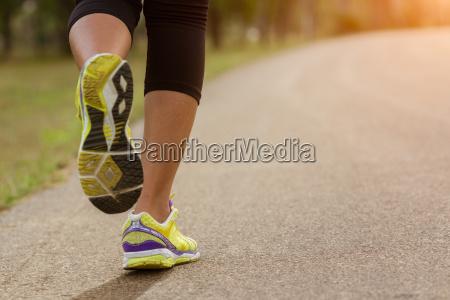 close up mulher esporte correndo no