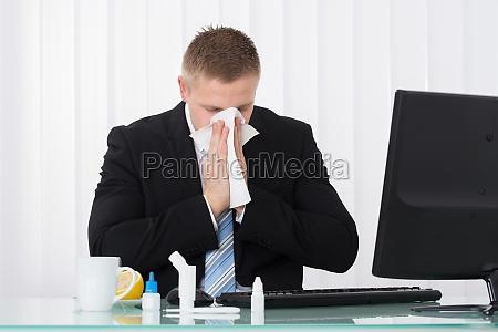 escritorio nariz espirrar espirros doenca vezes