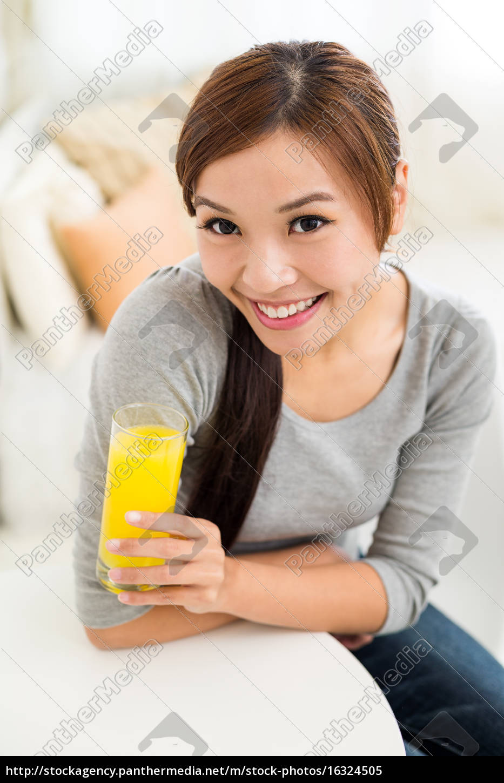 mulher, bebendo, suco, de, laranja, em - 16324505