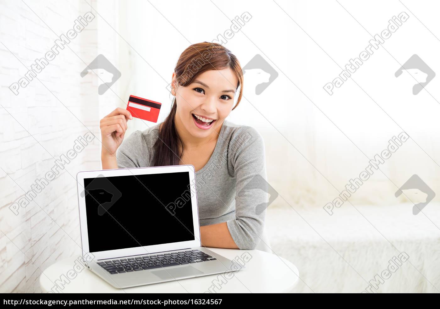 mulher, segurando, cartão, de, crédito, para - 16324567