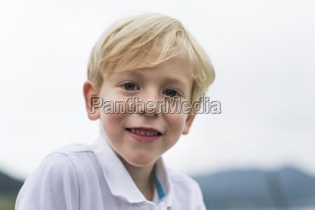 retrato do menino sorridente