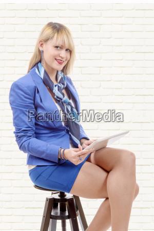mulher, loira, muito, jovem, com, tablet, sentado - 16357241