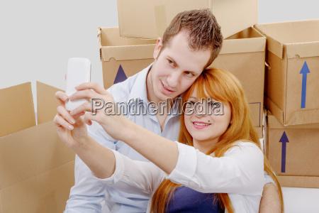 pares, felizes, que, sentam-se, no, selfie - 16357279