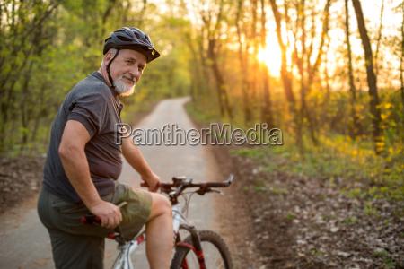 homem senior em sua bicicleta de
