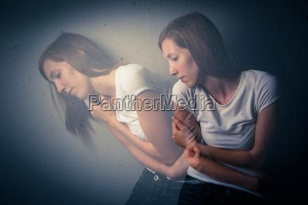 jovem que sofre de uma depressao