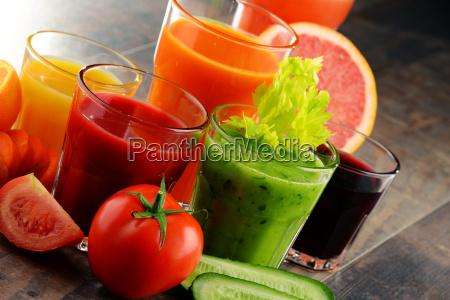 vidros com vegetais organicos frescos e
