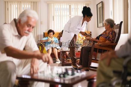medico do hospice que mede a