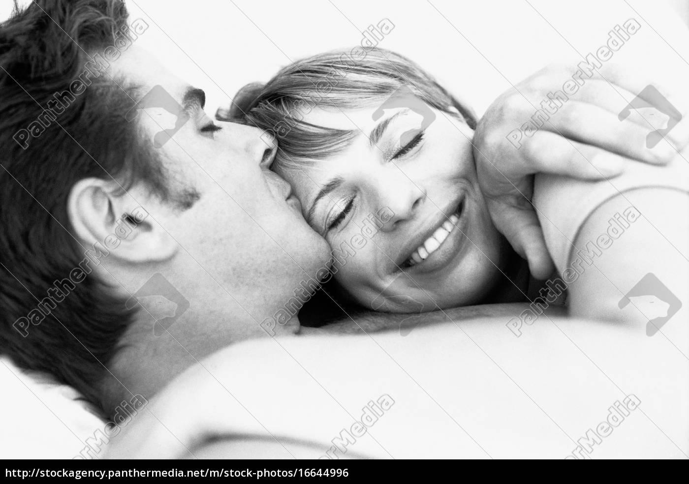 casal, abraçando, o, homem, beijando, a, testa - 16644996