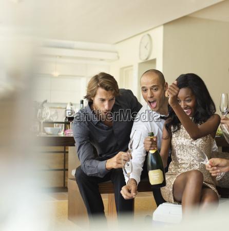 amigos de abertura garrafa de champanhe