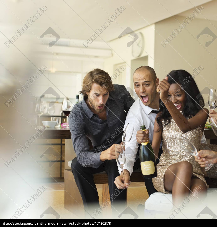 amigos, de, abertura, garrafa, de, champanhe - 17192878