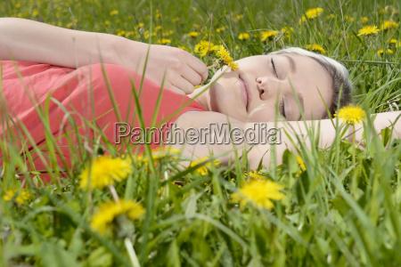 mulher nova no prado