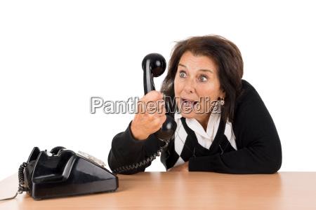 mulher senior com telefone