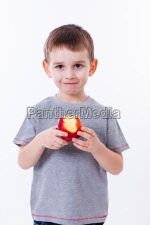 rapaz pequeno com o alimento isolado