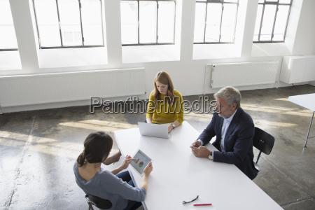 homem de negocios e duas mulheres