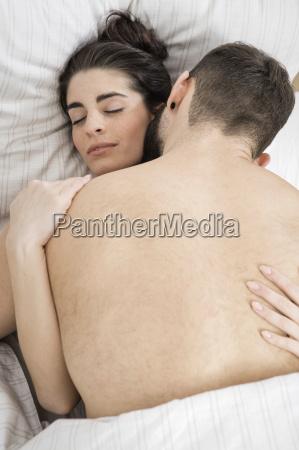 casal fazendo sexo na cama