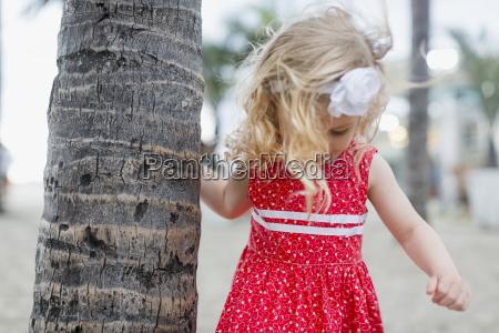 menina com faixa cabelo em tronco