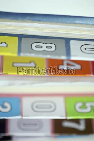 close up de numeros em pastas