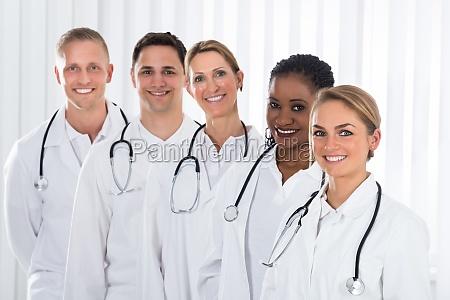 medico saude medicina em pe permanente