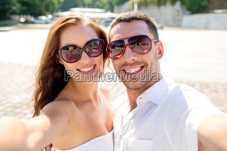sorrindo desgastando dos pares oculos de