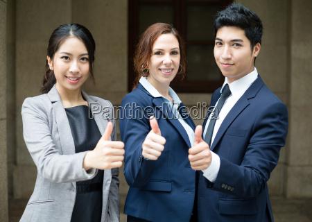 executivos que mostram o polegar acima