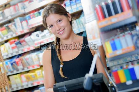 trabalhador femea em um tabacaria