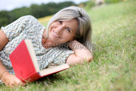 livro de leitura senior da mulher
