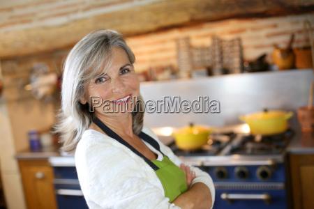retrato da mulher senior na cozinha