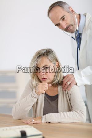 mulher senior que esta sendo examinada