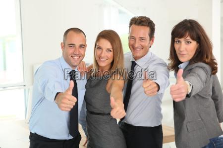 equipe de negocio bem sucedido mostrando