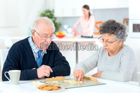 pares velhos que jogam um jogo