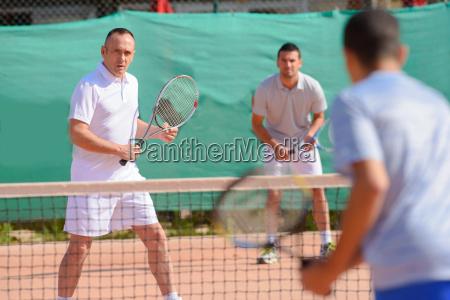 homens que jogam pares do tenis