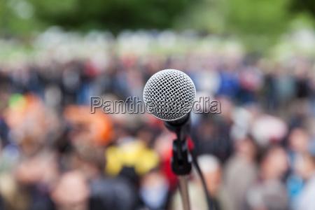 microfone em foco contra o publico