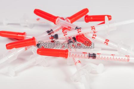 seringas pequenas com agulhas da injecao