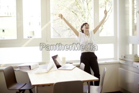 mulher de riso que faz esticando