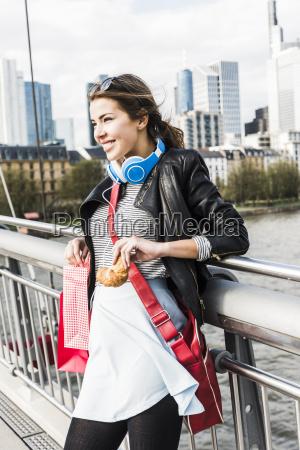 mulher nova na cidade com sacos