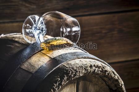 um vidro virado do conhaque em