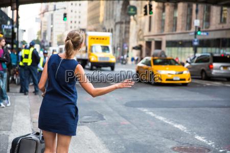 menina que chamataxi de taxi de