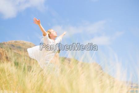 mulher feliz livre que aprecia sun